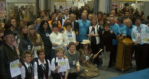 Članovi s ostalim sudionicima KS kod preuzimanja kuhača i zahvalnica za sudjelovanje